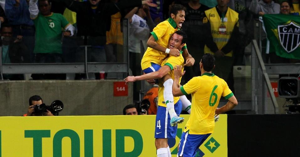 24.abr.2013 - Zagueiro Réver carrega Neymar no colo para comemorar gol marcado pelo Brasil no amistoso contra o Chile