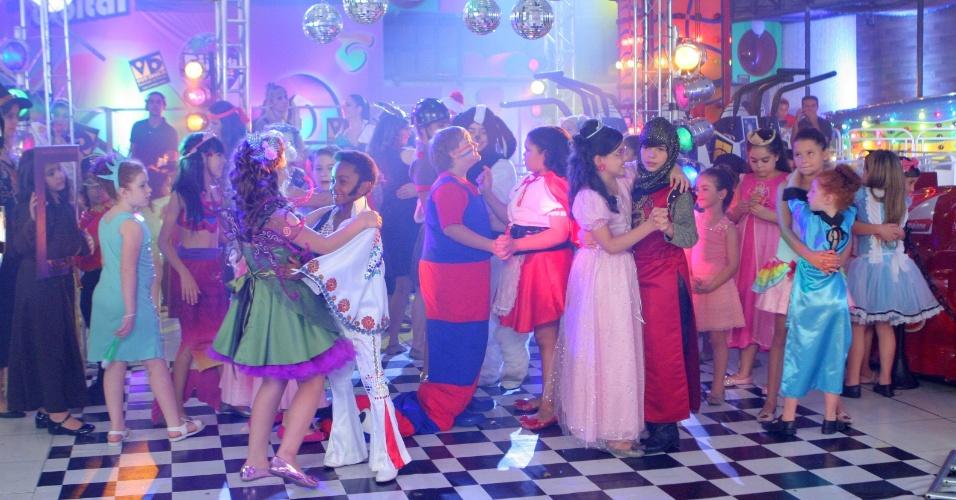 """Em """"Carrossel"""", Maria Joaquina fica decepcionada ao ver Cirilo dançando com outra"""