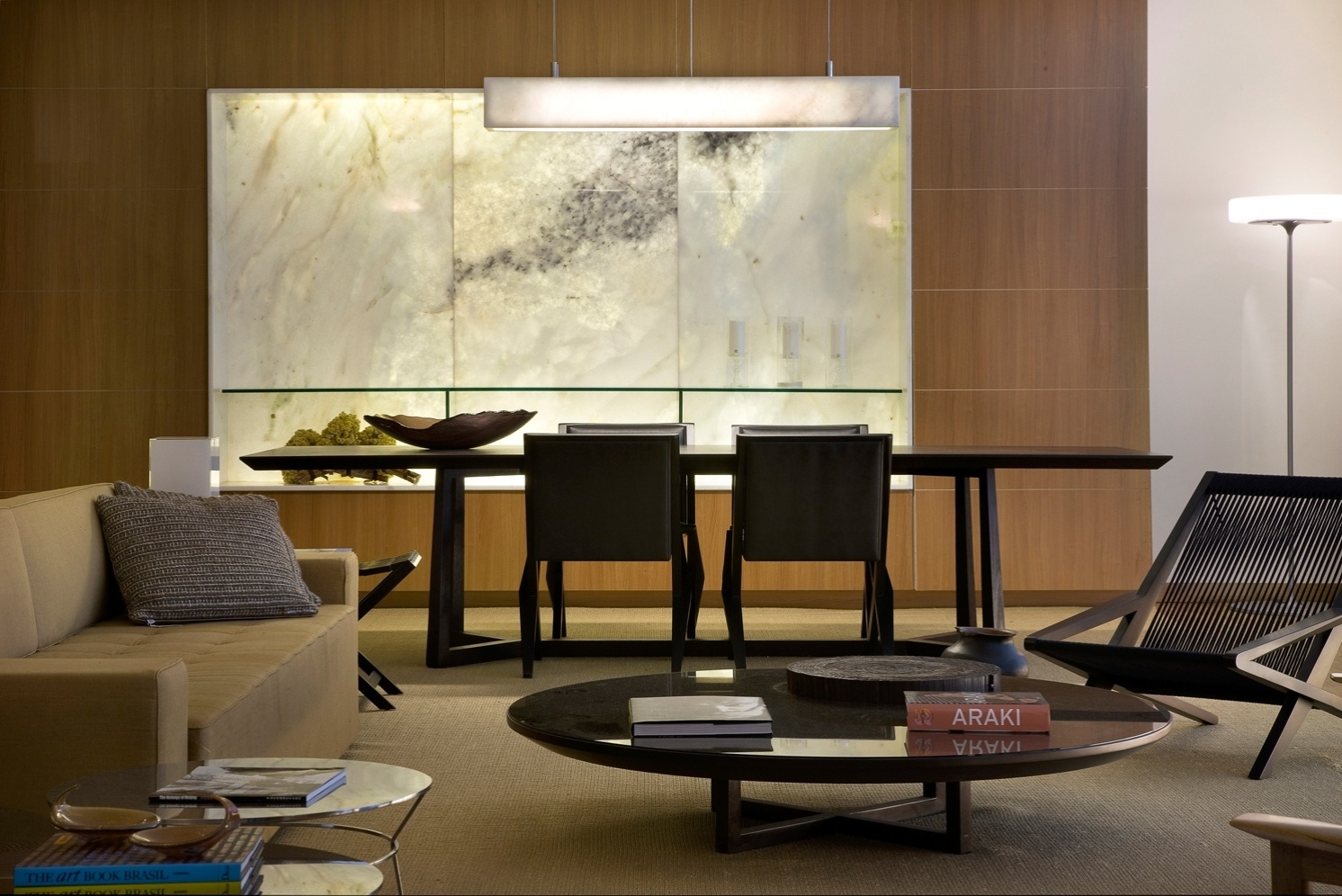 Integrado ao living, o ambiente de jantar recebeu móveis em madeira da Axis Móveis em tons neutros, harmonizando-se com a decoração do estar