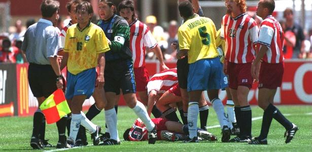 Leonardo é expulso após agredir Tab Ramos, na Copa de 1994
