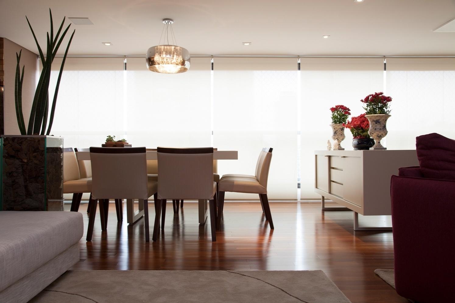 Na proposta do arquiteto Marcos Contrera, a sala de jantar está integrada à varanda gourmet. Para conectar os ambientes, o projeto estabeleceu piso de madeira em todo o social. Repare que o bufê (à dir.) ajuda a delimitar o local para refeições do restante do living