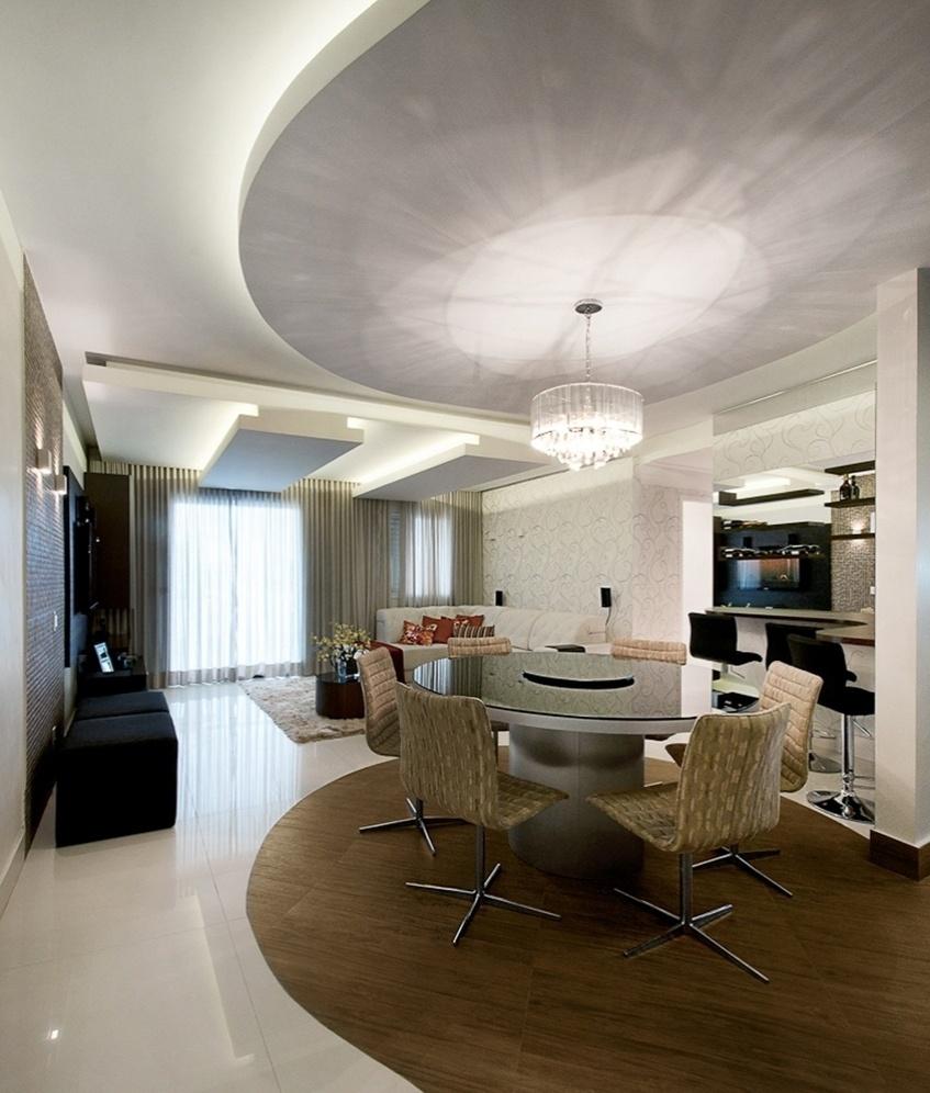 No projeto da arquitetas Elaine Delegredo e Luciana Corrêa, o ambiente de jantar é composto pela mesa de jantar de compensado com acabamento em fórmica padrão, aço escovado e tampo espelhado com centro giratório