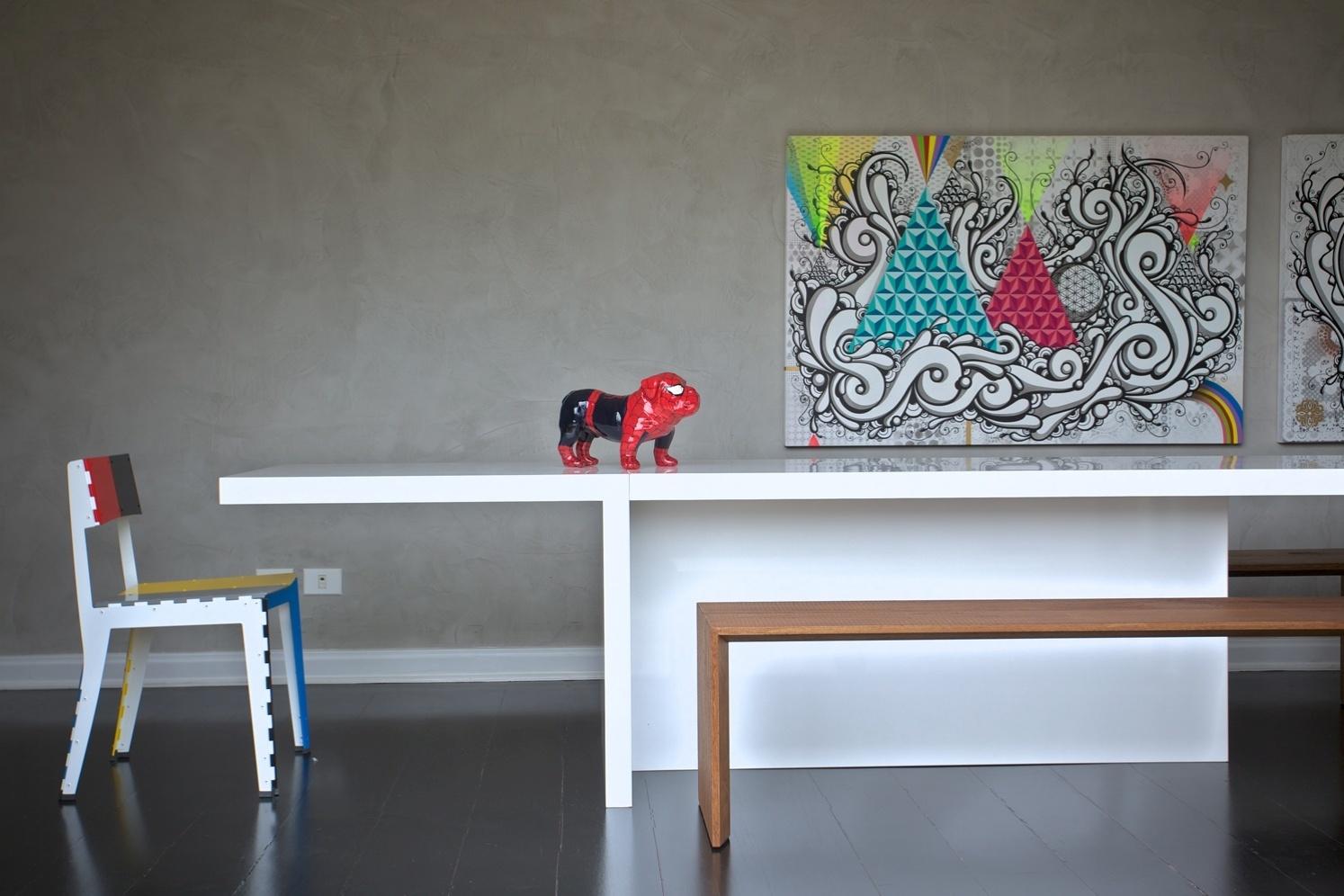 Para a composição da sala de jantar, idealizada pelo arquiteto Toninho Noronha, a mesa laqueada e a cadeira Stitch, de Adam Goodrum para Cappellini (Micasa) e o banco desenhado pelo arquiteto e executado pela Marcenaria Brumatti. Os quadros são do artista Highraff, da Zipper Galeria