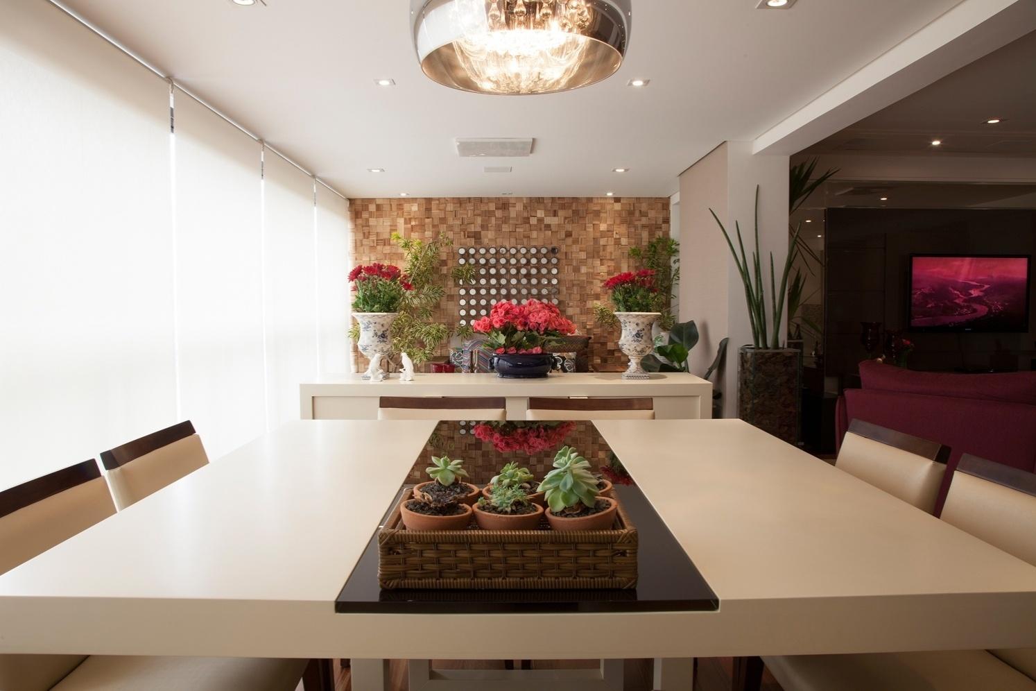 Para compor com a mesa de jantar, o arquiteto Marcos Contrera optou pelo bufê que delimita o ambiente do jardim de inverno (ao fundo)