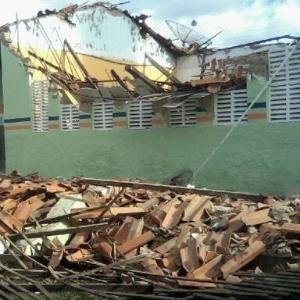 Teto de escola desabou em sala de aula em Campo Largo do Piauí em abril de 2013. No momento da queda, 15 alunos e um professor estavam no local