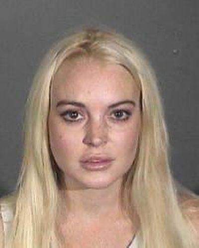 19.out.2011 - Lindsay Lohan ganha nova foto para sua ficha criminal. Depois de ter sua condicional revogada em audiência realizada em Los Angeles. A audiência foi convocada para avaliar o cumprimento do serviço comunitário que a atriz deveria cumprir, após ter sido condenada por furtar um colar no início do ano, Lindsay deixou o local algemada