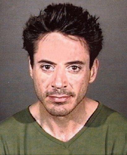 24.abr.2001 - Robert Downey Jr. foi detido pela polícia de Culver City por estar sob influência de uma substância controlada, após ser encontrado desacordado em uma rua de Los Angeles