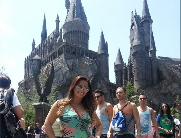 24.abr.2013 - De short, a modelo Vivi Araújo sensualizou no parque de diversão da Disney, nos EUA. Na imagem ela aparece em frente ao castelo do Harry Potter