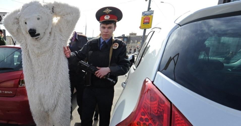 25.abr.2013 - Ativista do Greenpeace vestido de urso é detido durante protesto
