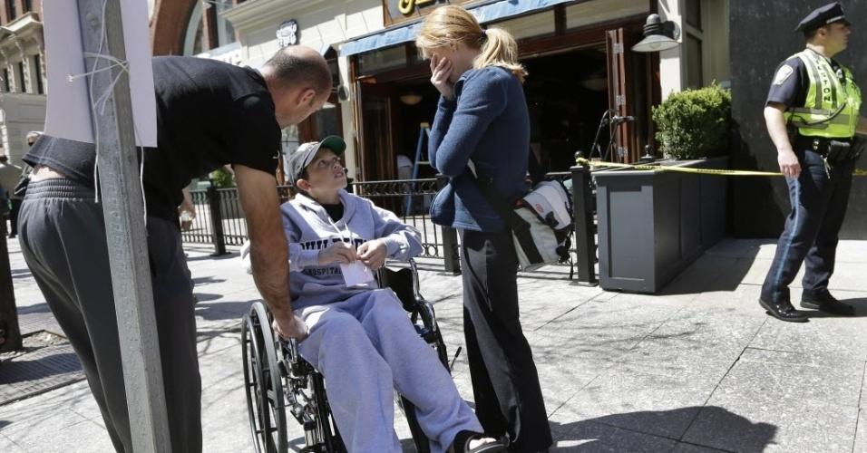 25.abr.2013 - Aaron Herns, 11, um dos feridos nos atentados em Boston, visita a Boylston Street, acompanhado da mãe, Katherine, e do pai, Alan, onde ocorreram a explosões durante a Maratona de Boston, em 15 de abril. A família é de Martinez, no Estado da Califórnia (EUA)