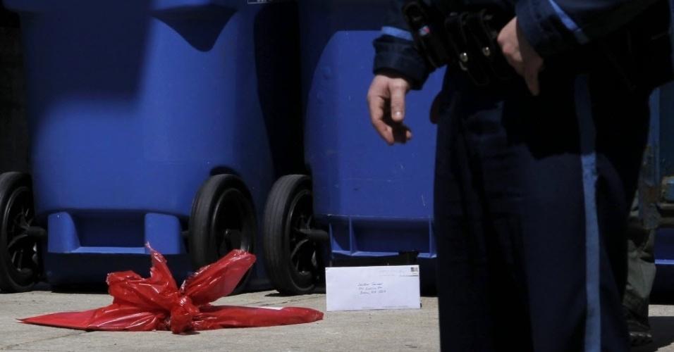25.abr.2013 - Agentes da Polícia usam máquina para inspecionar uma carta endereçada a Dzhokhar Tsamaev, suspeito do atentado à bomba na Maratona de Boston, fora do Hospital Beth Israel Deaconess, em Boston (EUA), onde ele está internado