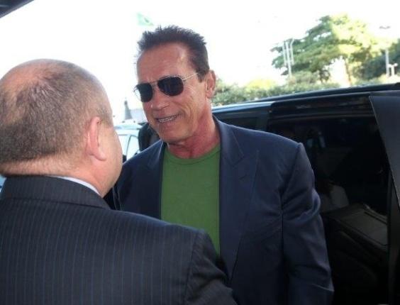 25.abr.2013 - Arnold Schwarzenegger chega ao Rio de Janeiro para evento de fisiculturismo