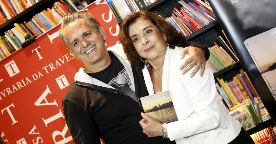 """25.abr.2013 - Betty Faria prestigiou o lançamento do DVD """"Rivière Noire"""", de Orlando Morais, em uma livraria da zona sul do Rio"""