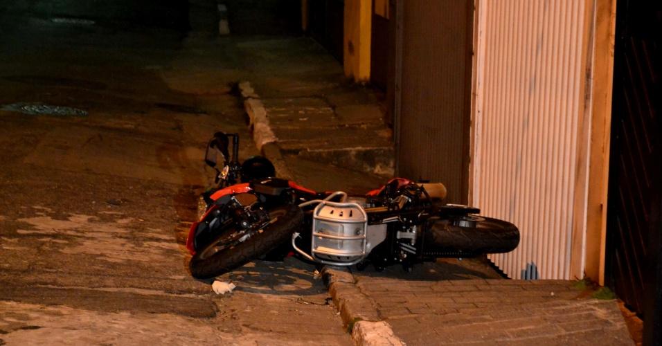 25.abr.2013 - Criminoso foi morto ao roubar uma moto de luxo na rua Barro Branco, em Jabaquara, zona sul de São Paulo. De acordo com a polícia, dois suspeitos assaltavam o dono de uma moto de luxo quando a polícia passou pelo local. Houve tiroteio. Um dos suspeitos morreu e o outro foi preso
