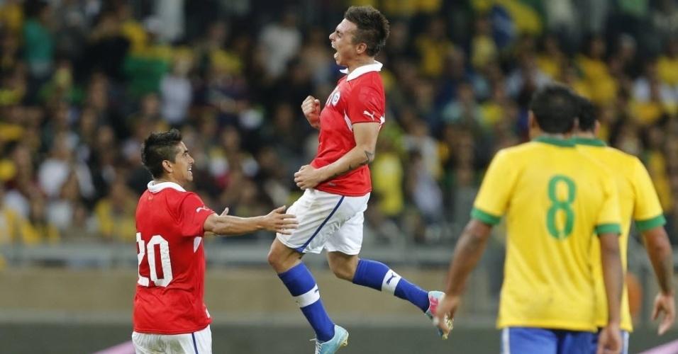 25.abr.2013 - Eduardo Vargas, atacante do Grêmio, comemora após marcar no empate do Chile com o Brasil, no Mineirão