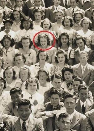 Foto mostra Marilyn no meio de vários estudantes - Divulgação/Bonhams