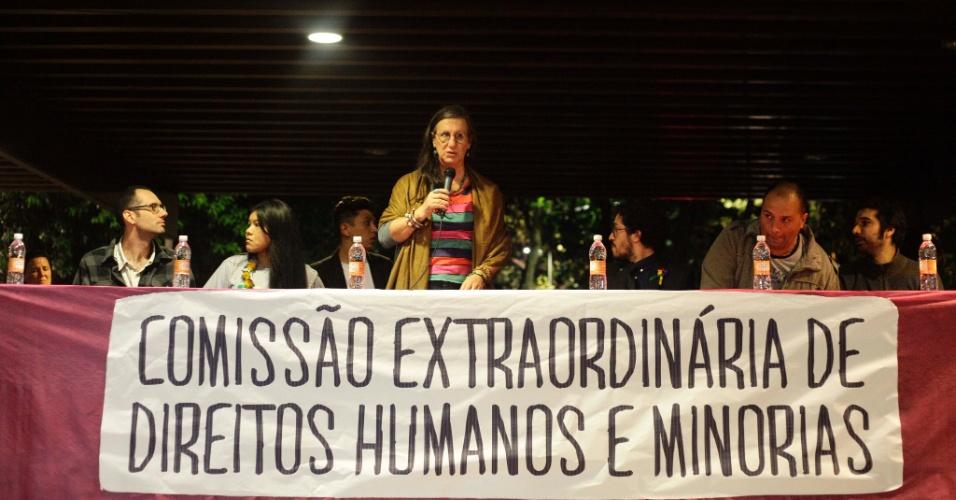 25.abr.2013 - O cartunista Laerte e o deputado federal Jean Wyllys (Psol-BA) participam da primeira sessão da Comissão Extraordinária dos Direitos Humanos e Minorias, na Praça Rosa (antiga Roosevelt) em São Paulo, na noite desta quinta-feira (25). O ato é um protesto contra a atuação do pastor Marco Feliciano (PSC-SP) na presidência da Comissão de Direitos Humanos e Minorias da Câmara