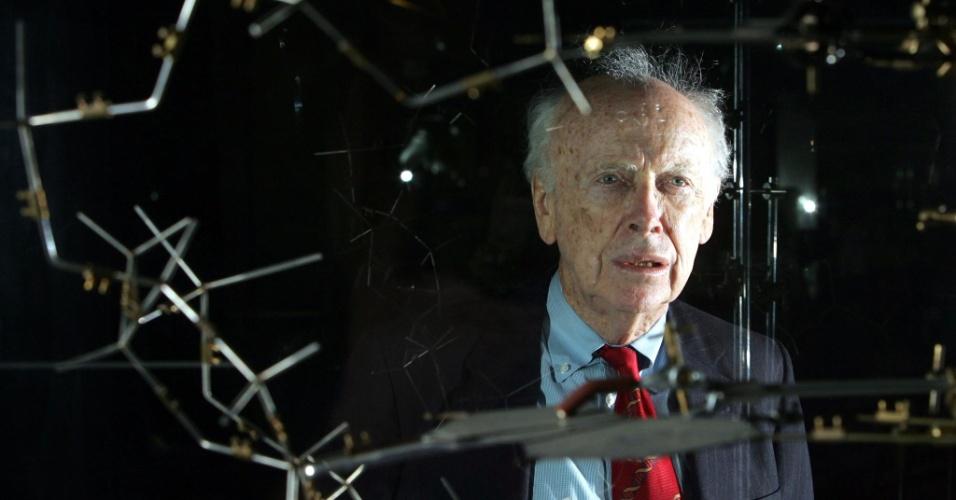 25.abr.2013 - O cientista James Watson posa ao lado do modelo original de DNA, que ele descreveu com a ajuda do colega Francis em 1953, durante uma conferência em Londres, em 2005