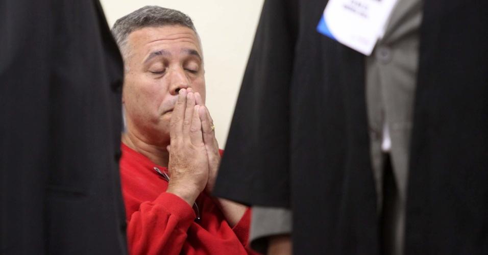 25.abr.2013 - O ex-policial Marcos Aparecido dos Santos, o Bola, acusado de matar, esquartejar e ocultar o corpo da modelo Eliza Samudio, comparece ao quarto dia de julgamento do caso, no Fórum de Contagem, região metropolitana de Belo Horizonte, na manhã desta quinta-feira (25)