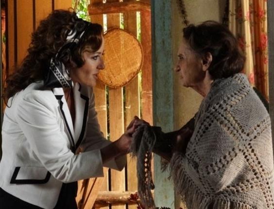 """25.abril.2013 - Em """"Flor do Caribe"""", Veridiana revela que Dionísio é o pai de Candinho"""