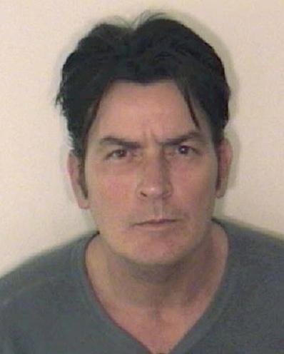 25.dez.2009 - Charlie Sheen foi preso no dia de Natal de 2009, acusado de violência doméstica contra sua mulher, Brooke Mueller em Aspen. Ele foi libertado sob fiança, e o casal se separou