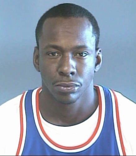 7.set.2002 - O cantor Bobby Brown foi detido em Atlanta por posse de maconha, excesso de velocidade e por dirigir sem licença