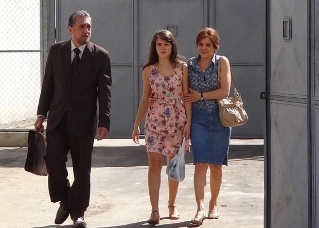 """Em """"Guerra dos Sexos"""", Carolina sai da prisão e é recebida pela mãe"""