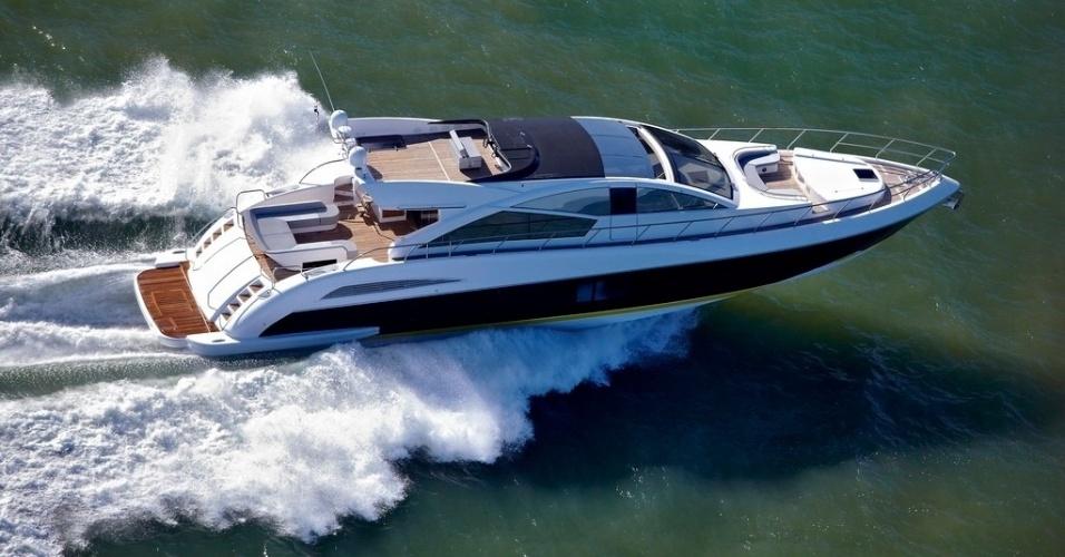 O barco, de 24,10 metros (80 pés), tem praticamente o mesmo comprimento de seis carros populares enfileirados