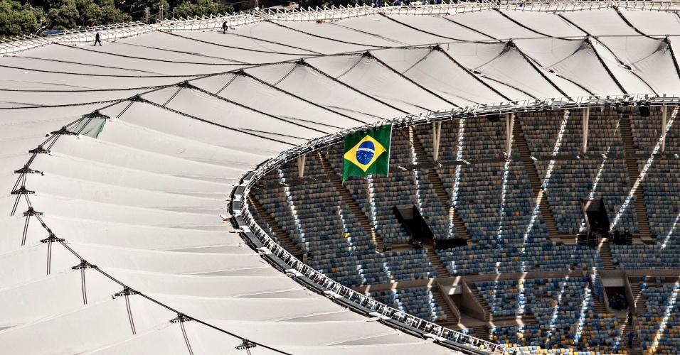 12.abr.2013 - Cobertura do Maracanã em trabalho de acabamento dias antes da reabertura do estádio