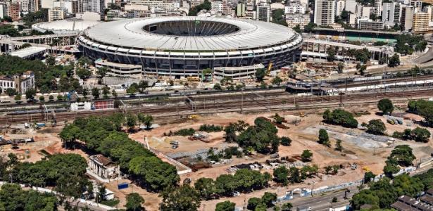 Linha de trem (abaixo na foto) passa ao lado do Maracanã, mas estação ainda está em obras para Copa