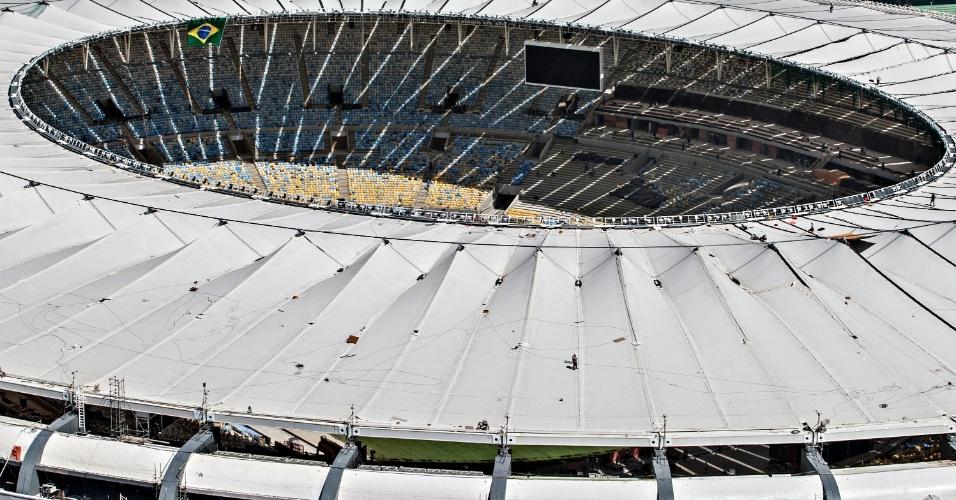 12.abr.2013 - Maracanã recebe telão na fase final de sua reforma para a Copa do Mundo