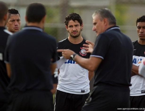 25.04.2013 - Alexandre Pato observa as orientações do técnico Tite no treino do Corinthians, no CT Joaquim Grava