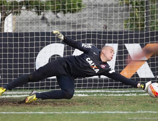 25.04.2013 - Júlio César, goleiro do Corinthians, se estica para defender um chute no treino no CT Joaquim Grava