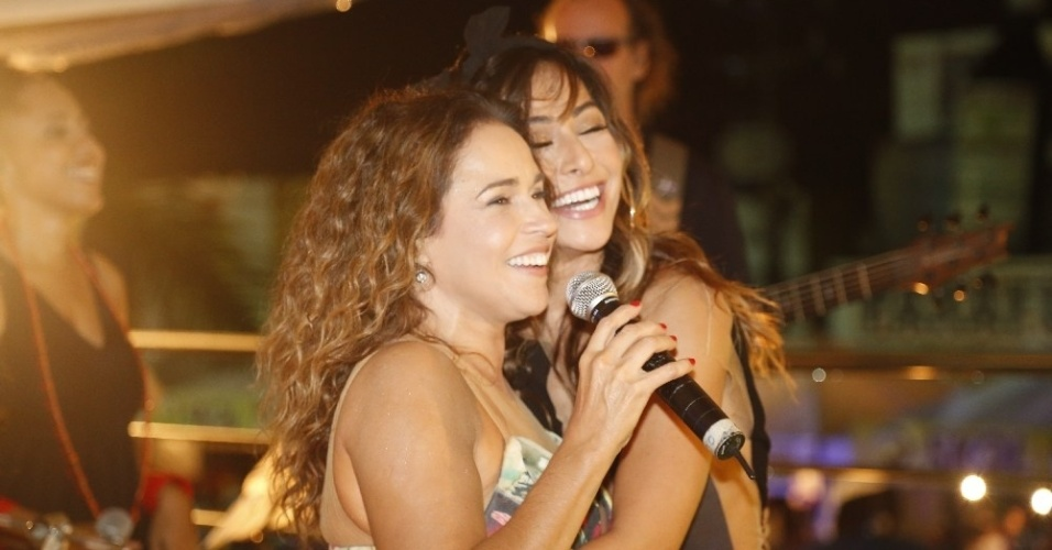 25.abr.2013 - Sabrina Sato subiu no trio de Daniela Mercury e dançou junto com a musa do axé