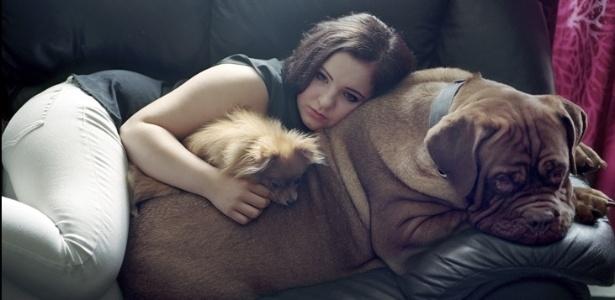 Garota que sobreviveu ao massacre na ilha de Utoeya posa com os cachorros para a lente de Andrea Gjestvang - Andrea Gjestvang