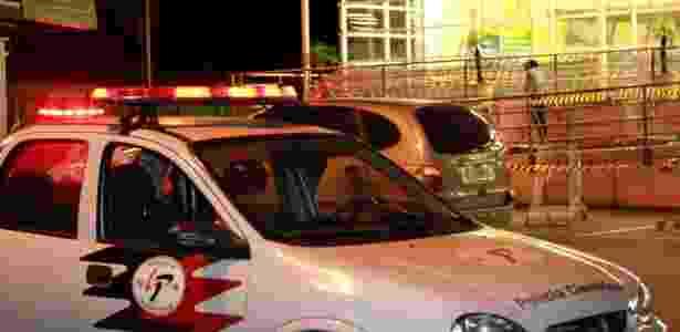 Carro da polícia estacionado no local onde um policial militar foi baleado na cabeça, nesta sexta-feira (26), após entrar em luta corporal com um suspeito, na avenida Raimundo Pereira de Magalhães - Eduardo Ferreira/Futura Press