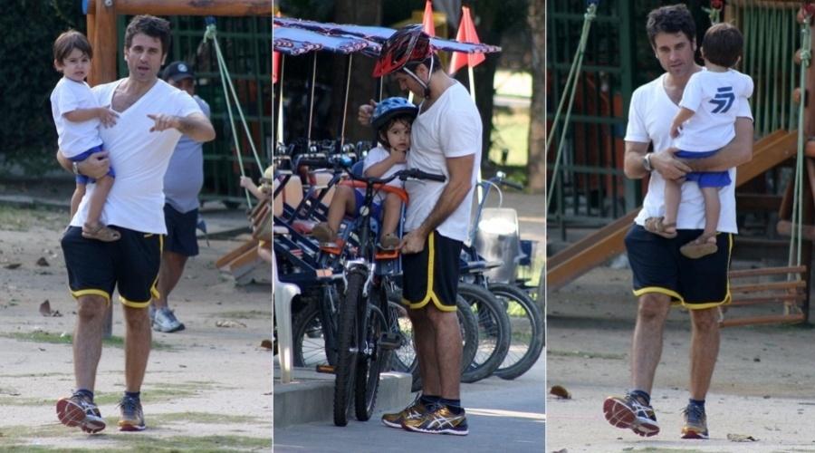 26.abr.2013 - Eriberto Leão passeou com o filho João pela Lagoa Rodrigo de Freitas, zona sul do Rio