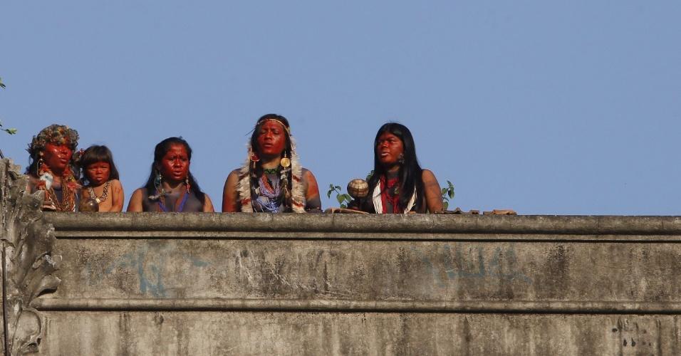 26.abr.2013 - Indígenas ocupam o terreno do antigo Museu do Índio, no entorno do Maracanã, nesta sexta-feira (26), no Rio de Janeiro. Segundo o Bope (Batalhão de Operações Especiais) da polícia carioca, não foi necessário o uso da força para a retomada do local, mas manifestantes afirmaram que foram usadas bombas de efeito moral. O terreno, conhecido como Aldeia Maracanã, era ocupado pelos indígenas desde 2006, mas em 22 de março a polícia cumpriu um mandado judicial para a reintegração de posse do local