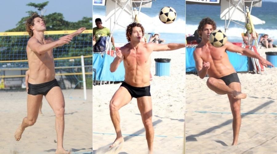 26.abr.2013 - José Loreto jogou futevôlei na praia da Barra da Tijuca, zona oeste do Rio