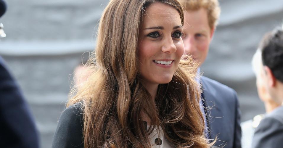 26.abr.2013 - Kate Middleton chega para visitar o estúdio Waner Bros Leavesden, em Londres