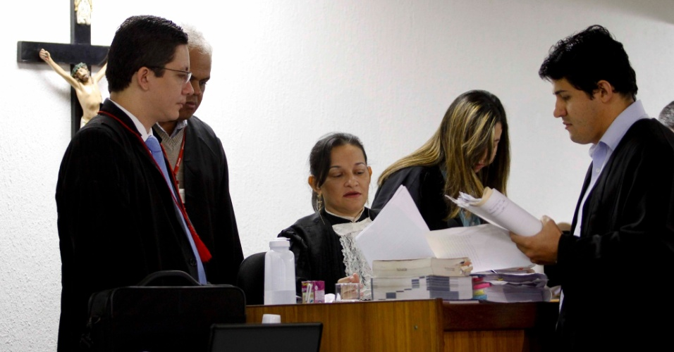 26.abr.2013 - Marixa Rodrigues, juíza no caso Eliza Samudio, participa do quinto dia de julgamento do ex-policial Marcos Aparecido dos Santos, o Bola, no Fórum de Contagem, região metropolitana de Belo Horizonte (MG), na manhã desta sexta-feira (26). Bola é acusado de matar, esquartejar e ocultar o corpo da modelo Eliza Samudio