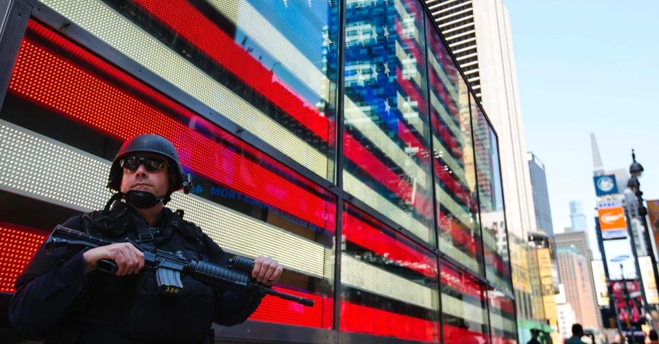 26.abr.2013 - Policial patrulha a Times Square, em Nova York, nesta sexta-feira (26). A segurança foi reforçada na cidade após o prefeito de Nova York, Michael Bloomberg, afirmar na quinta-feira (25) que os suspeitos pelo atentado à Maratona de Boston planejavam um ataque à cidade na Times Square