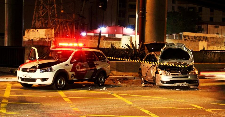 26.abr.2013 - Suspeito foi preso após roubo de carro, perseguição e troca de tiros com a polícia na zona sul de São Paulo, na noite desta quinta-feira (25). De acordo com a polícia, após ser perseguido, o criminoso bateu com o veículo em um poste na esquina da rua do Grito com a avenida das Juntas Provisórias. Houve tiroteio, e o suspeito foi baleado. Ele foi levado para um pronto-socorro da região e em seguida levado para a delegacia, onde foi autuado em flagrante