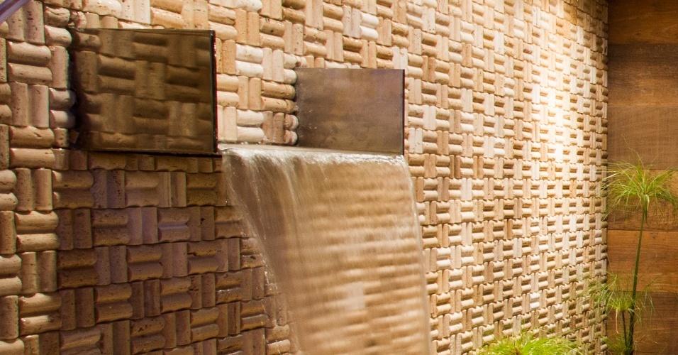 Detalhe da queda d'água na Lavanderia, assinada por Amy Tsukayama Inoue e Rosario Satsuki Ikenara. A Casa Cor Bolívia estreia em um antigo casarão, construído pelo italiano Mario Bonino nos anos 1950 em Santa Cruz de la Sierra. São 40 ambientes expostos de 23 de abril a 19 de maio de 2013