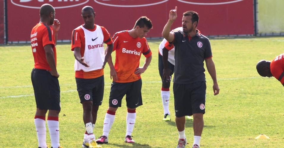 Dunga conversa com os jogadores do Internacional durante treinamento (26/04/13)