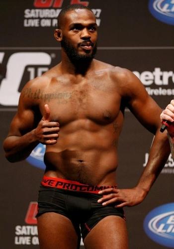 Jon Jones faz pose durante a pesagem do UFC 159; ele encara Chael Sonnen, valendo o cinturão dos meio-pesados
