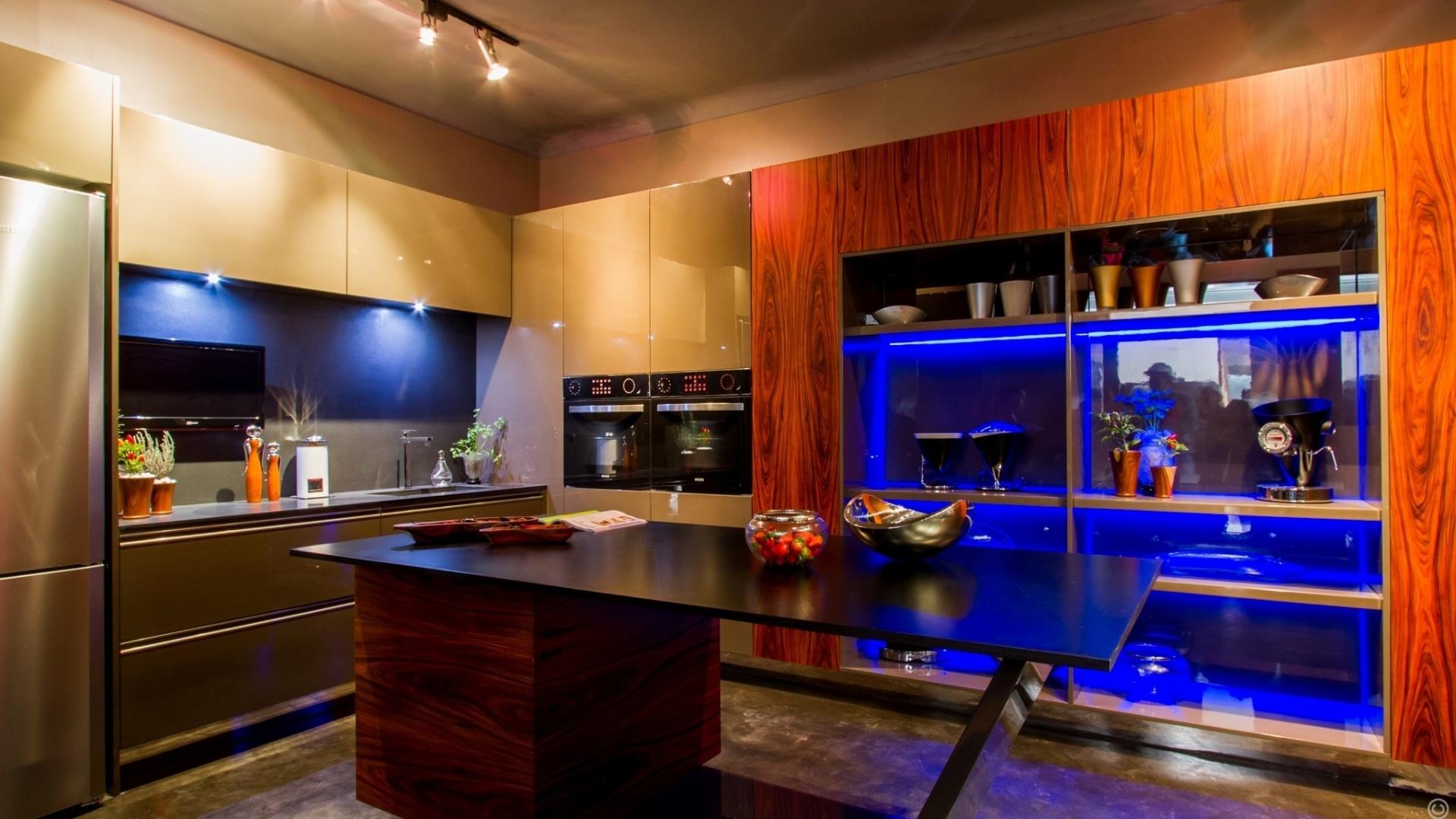Na Cozinha Gourmet, assinada pelas profissionais Erika e Mariela Hurtado, eletrodomésticos modernos e iluminação neon se sobressaem no ambiente. A Casa Cor Bolívia estreia em um antigo casarão, construído pelo italiano Mario Bonino nos anos 1950 em Santa Cruz de la Sierra. São 40 ambientes expostos de 23 de abril a 19 de maio de 2013