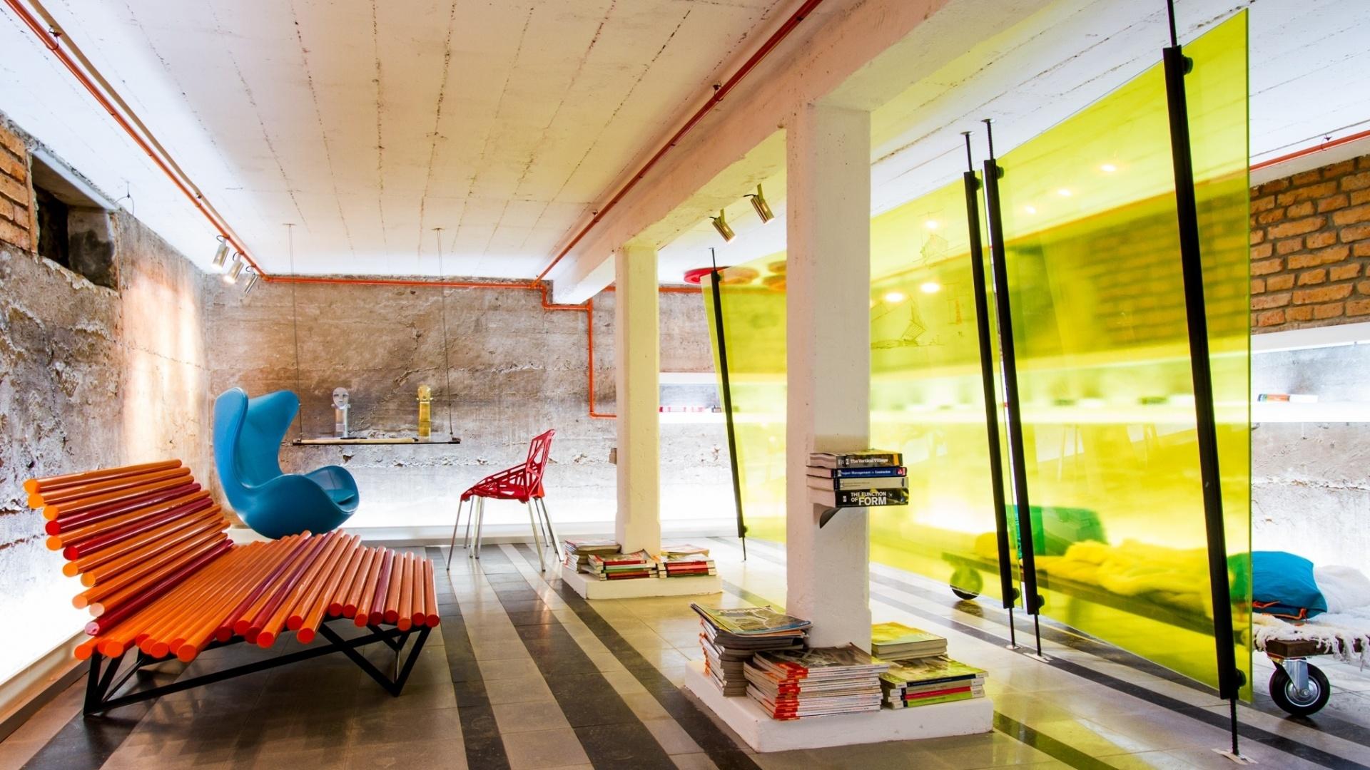 No Estudio del Arquitecto (estúdio do arquiteto), projetado por Gustavo Pereira e Fernando Suárez, os destaques são peças de design moderno e paredes sem acabamento. A Casa Cor Bolívia estreia em um antigo casarão, construído pelo italiano Mario Bonino nos anos 1950 em Santa Cruz de la Sierra. São 40 ambientes expostos de 23 de abril a 19 de maio de 2013