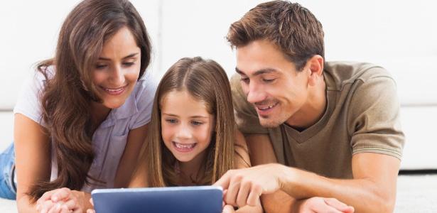 Os pais devem ser o exemplo de que é possível se divertir sem TV, tablet ou outro tipo de tela - Thinkstock