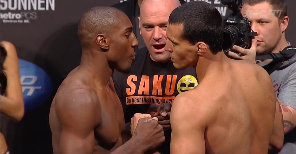 Phil Davis e o brasileiro Vinny Magalhães fizeram uma das encaradas mais tensas da pesagem do UFC 159